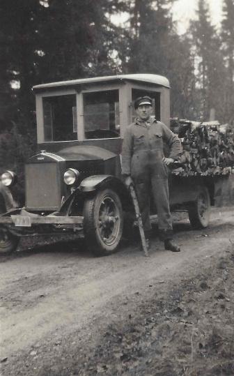 Oskar Bernhard Gustafsson vid sin kombinerade lastbil - buss av märket Volvo.