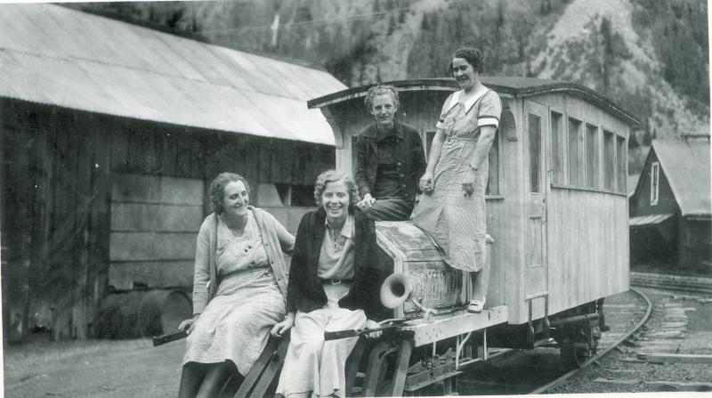 *Dalton women on vacation in Colorado visiting Aunt Mary and Uncle Gus.